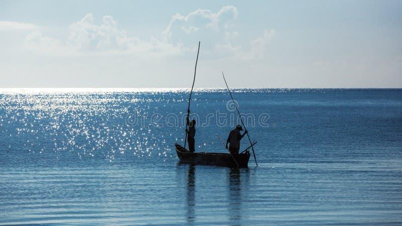 Afryka, Kenja, rybacy, ranek, ocean, rybacy w łodzi, Mombasa obraz stock