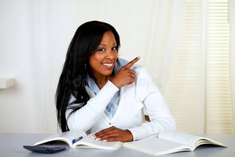 afrykanin target260_0_ uśmiechniętego ucznia jego lewica zdjęcie royalty free
