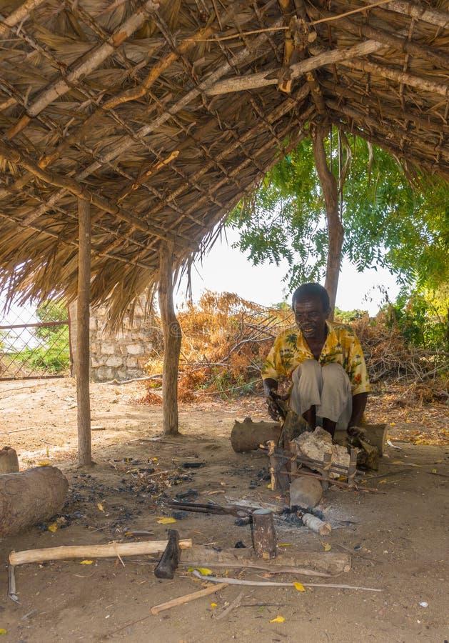 Afrykanina Giriama ironsmith przy pracą w jego budzie zdjęcia royalty free