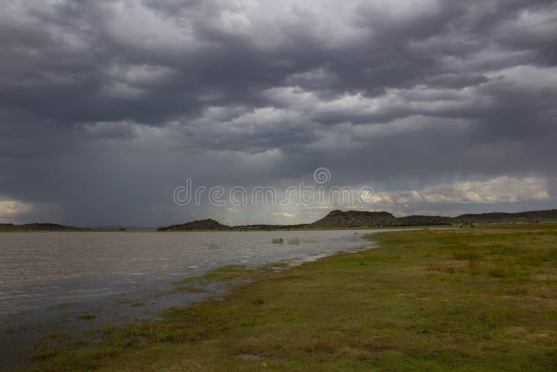 Afrykanina krajobraz Rustfontein tama w Południowa Afryka i równina przy tamą przed burzą - zdjęcie royalty free