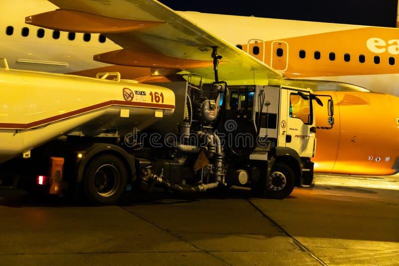 AFS燃料贮存车刺激的Easyjet飞机 免版税库存图片