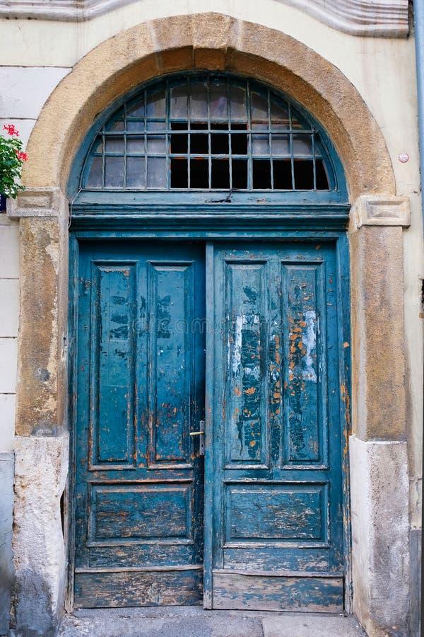 Afschilferende Groene Geschilderde Houten Deuren, Zagreb, Kroatië stock foto