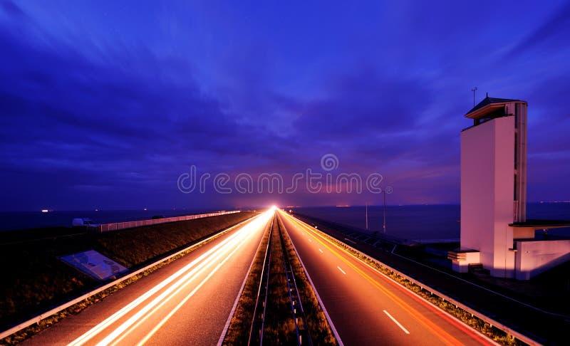 Afsluitdijk nei Paesi Bassi alla notte immagini stock