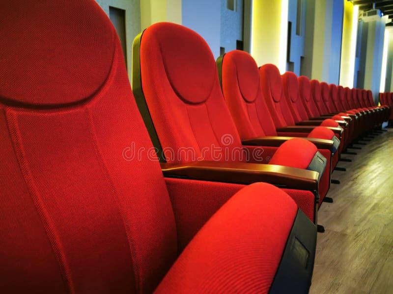 Afsluiten Grote rode stoel voor het bekijken van films in bioscopen of bioscopen royalty-vrije stock afbeeldingen