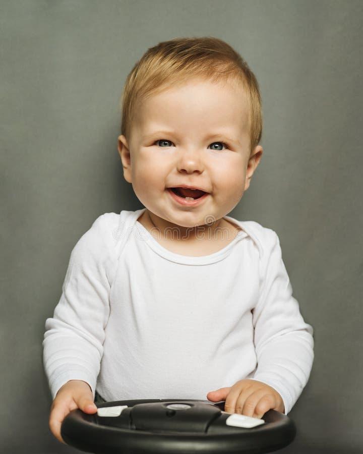 Afsluitend portret van een negenjarig meisje met blond haar en blauwe ogen, gekleed in een wit lichaamspak op een grijze achtergr royalty-vrije stock foto's