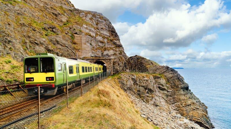 Afsluiting van een trein die een tunnel verlaat View from Cliff Walk Bray to Greystone, Ierland stock foto