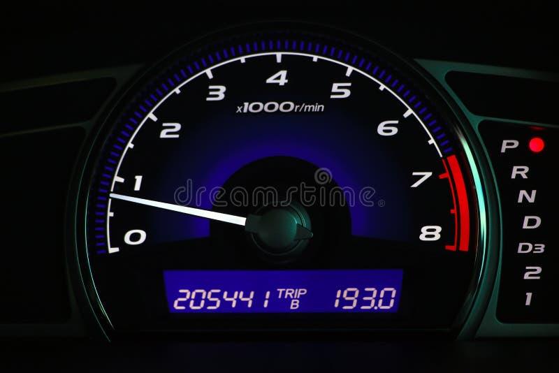 Afstand in mijlen op de autoconsole, Autodashboard stock foto