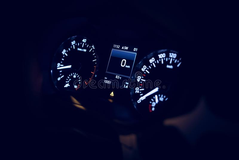 Afstand in mijlen van een nieuwe auto met 10001 stock foto