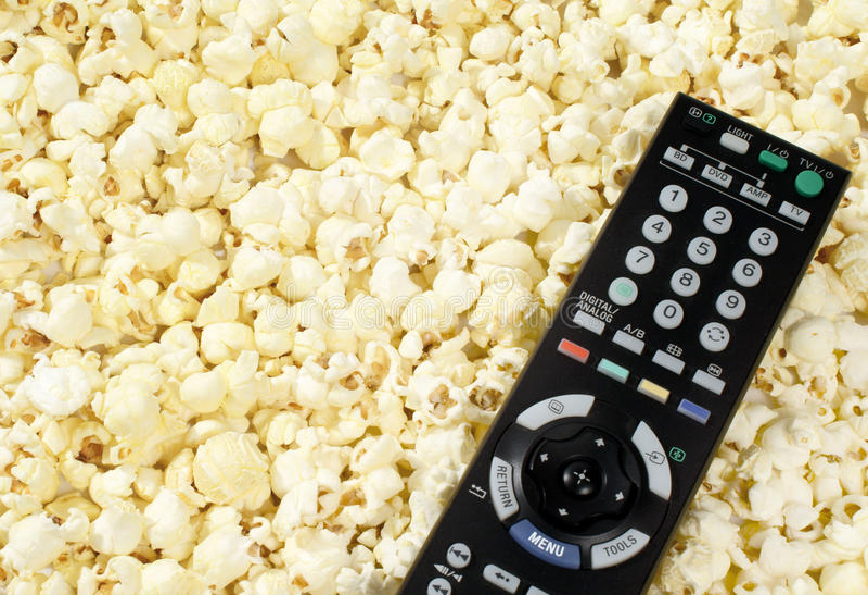 Afstandsbediening op popcorn stock fotografie