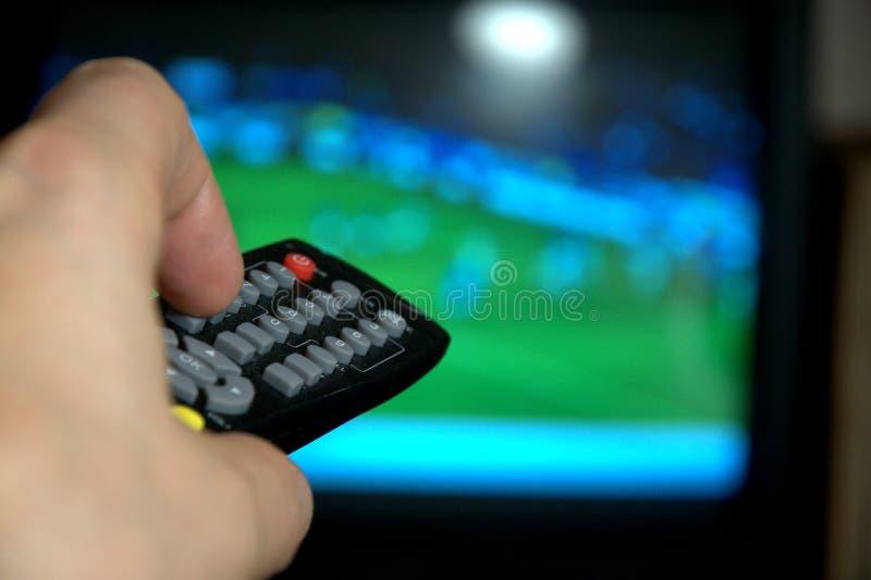 Afstandsbediening voor het letten op TV stock afbeeldingen
