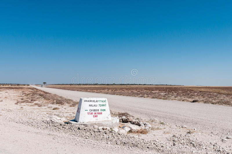 Afstandsteller op de c38-Weg tussen Namutoni en Halali stock afbeeldingen