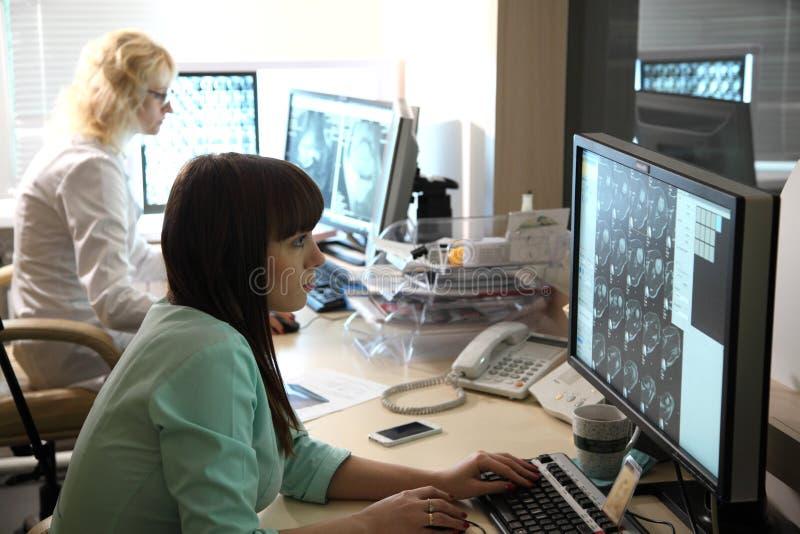 Aftasten medische test /examination in het modern ziekenhuis De machine en de schermen van MRI met arts royalty-vrije stock fotografie