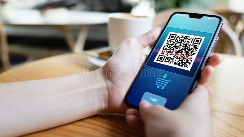 Aftasten van de QR-code het mobiele telefoon op het scherm Bedrijfs en technologieconcept stock afbeelding