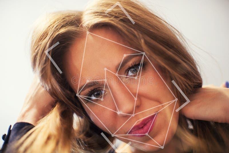 Aftasten van het gezicht van een vrouw royalty-vrije stock foto's