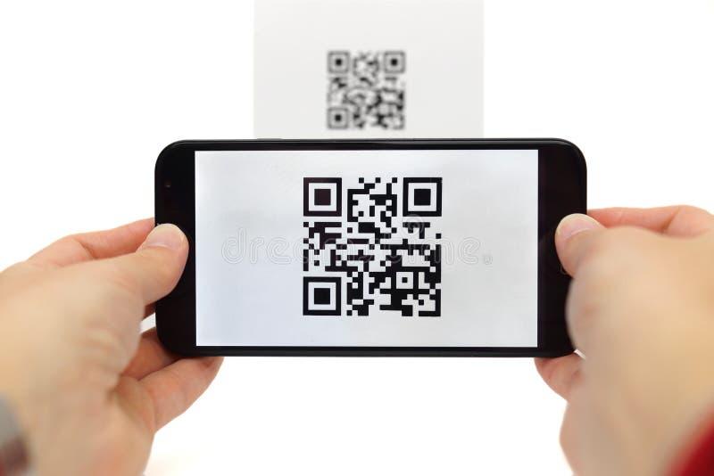 Aftastenqr code met mobiele slimme telefoon stock afbeeldingen