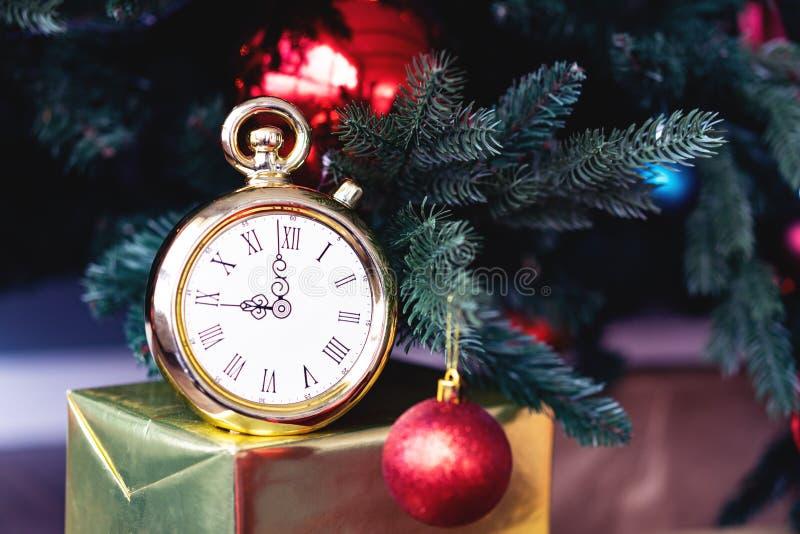 Aftelprocedure aan middernacht Retro stijlklok die vorige ogenblikken tellen vóór Kerstmis of Nieuwjaar naast verfraaide spar royalty-vrije stock afbeelding