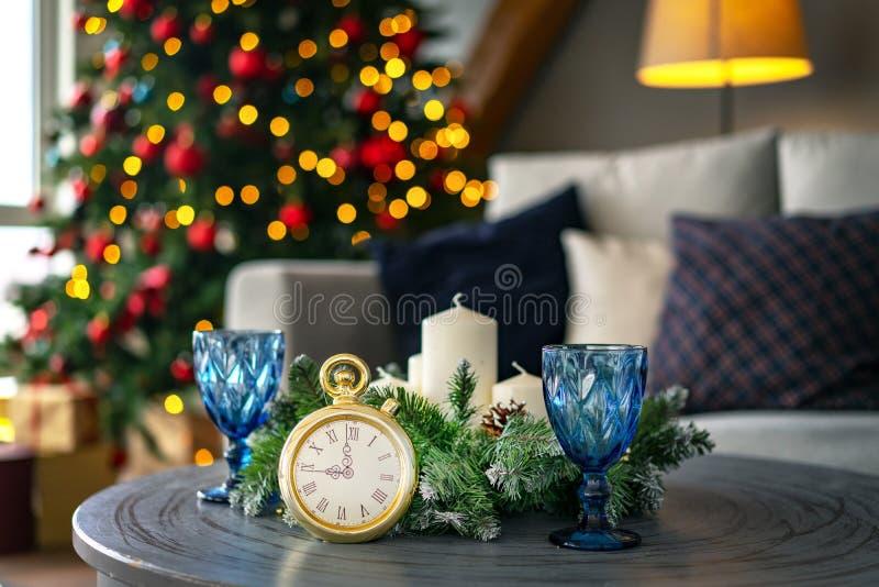 Aftelprocedure aan middernacht Retro stijlklok die vorige ogenblikken tellen vóór Kerstmis of Nieuwjaar op de achtergrond aan ver stock afbeelding