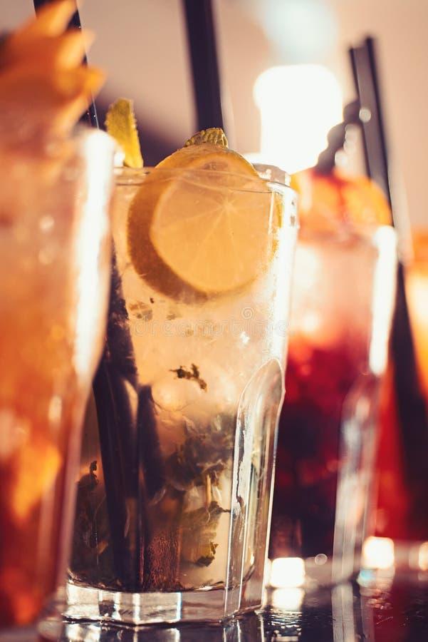 Afterwork-Getränke Alkoholiker mischte Getränke mit Eis Saftige Getränke mit Alkohol auf Zähler Hundert polnischer Zloty in einem lizenzfreies stockbild