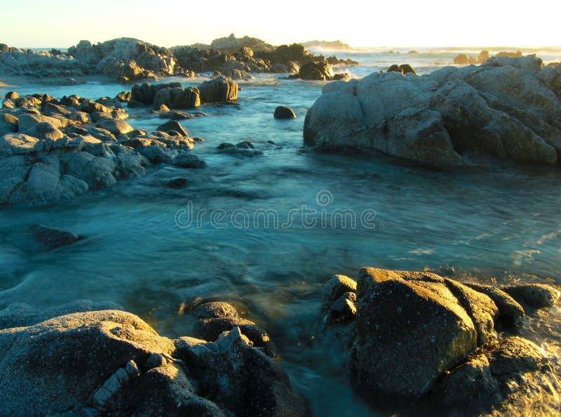 Afton över den steniga kustlinjen av Stilla havet i Stillahavs- dunge, nära 17 mil drev och Monterey, Kalifornien arkivbild