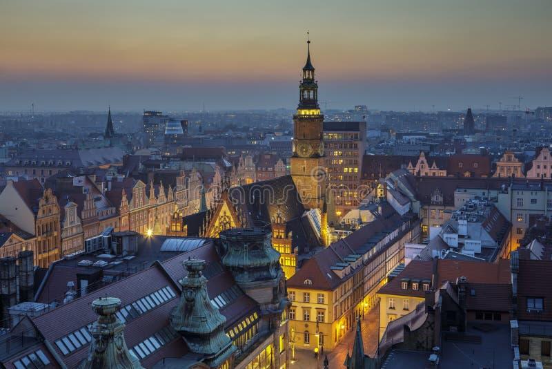Afton över den Wroclaw stadmarknaden, sikt på stadshuset - Wroclaw, Polen royaltyfri bild