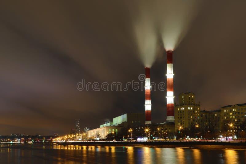Afton- eller nattsikten på den termiska kraftverket på den Moskva flodinvallningen i Moskva royaltyfri foto