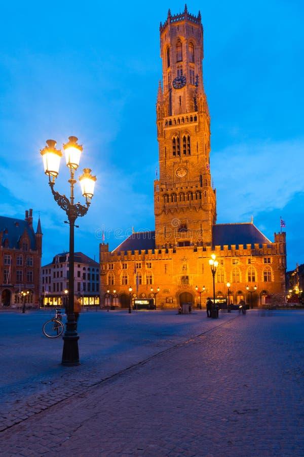Afton för Bruges Brugge fyrkantig klockstapelskymning royaltyfri foto