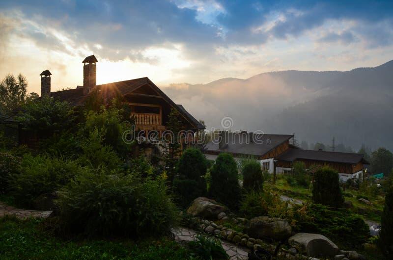 Afton i glaci?rbyn under bergen, misten och himlen Carpathiansna royaltyfri bild