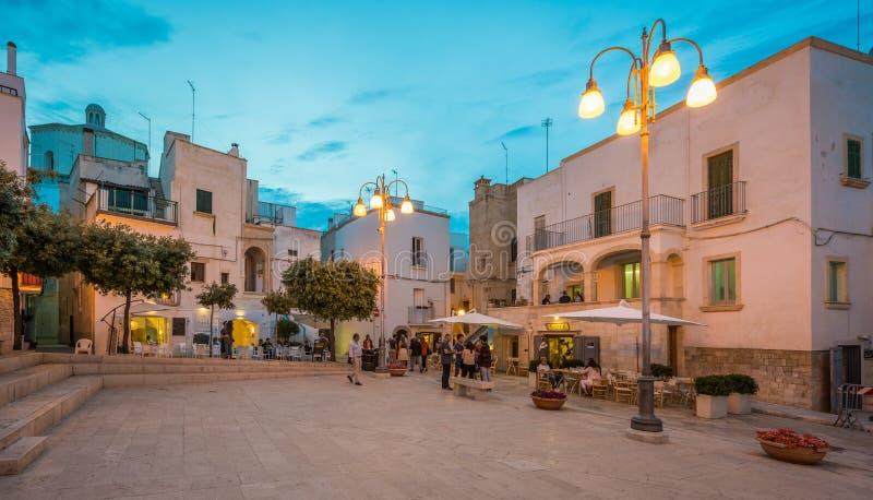 Afton i Polignano en sto, Bari Province, Apulia, sydliga Italien royaltyfri bild
