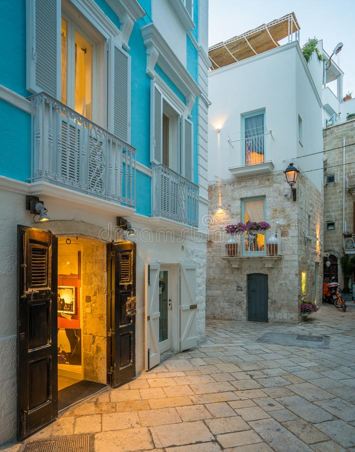 Afton i Polignano en sto, Bari Province, Apulia, sydliga Italien royaltyfri foto