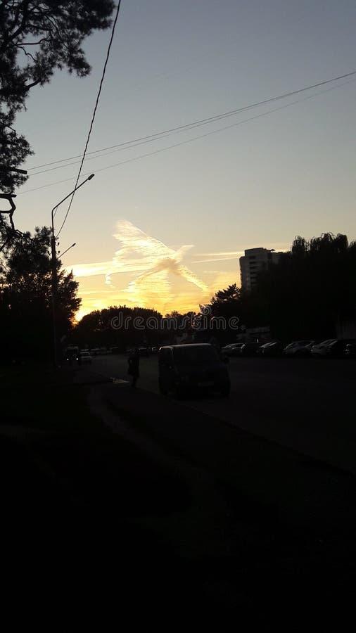 Afton i staden, himmel, ängel, moln, härligt landskap arkivfoton