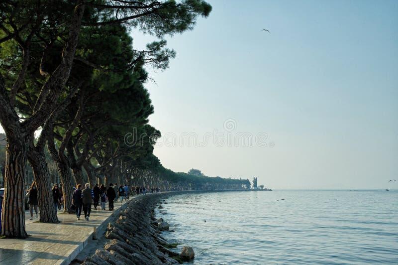 Afton 'Lapasseggiata' längs Garda sjökanten i Peschiera del Garda, Lago di Garda, Italien royaltyfria bilder