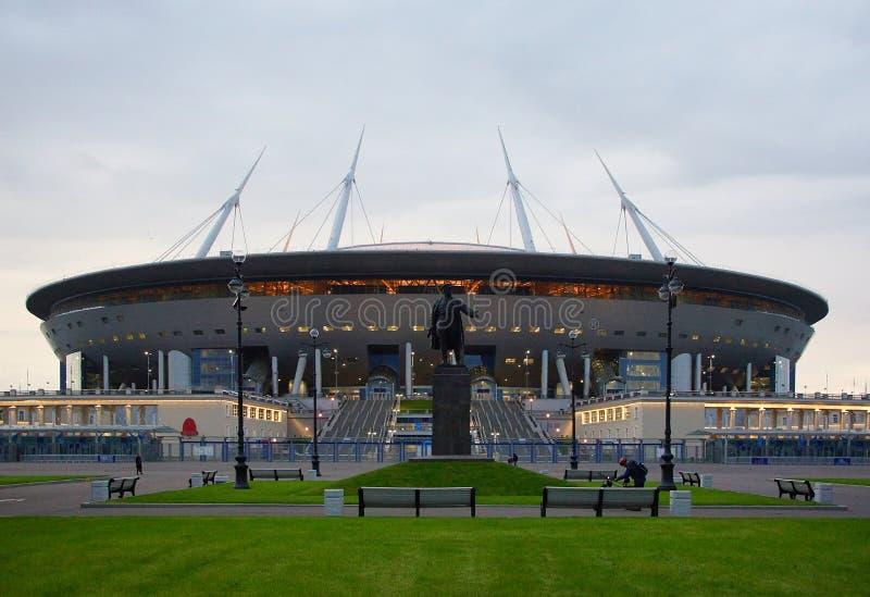 Afton och en ny stadion på den Krestovsky ön royaltyfri bild