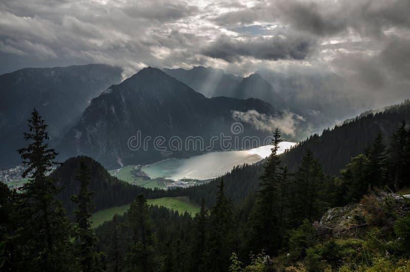 Afton ovanför Achen sjön med dramatisk molnig himmel, de Brandenberg fjällängarna, Österrike, Europa royaltyfria bilder