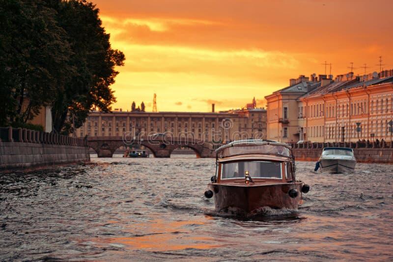 Afton på den Neva floden i St Petersburg, Rus royaltyfria bilder