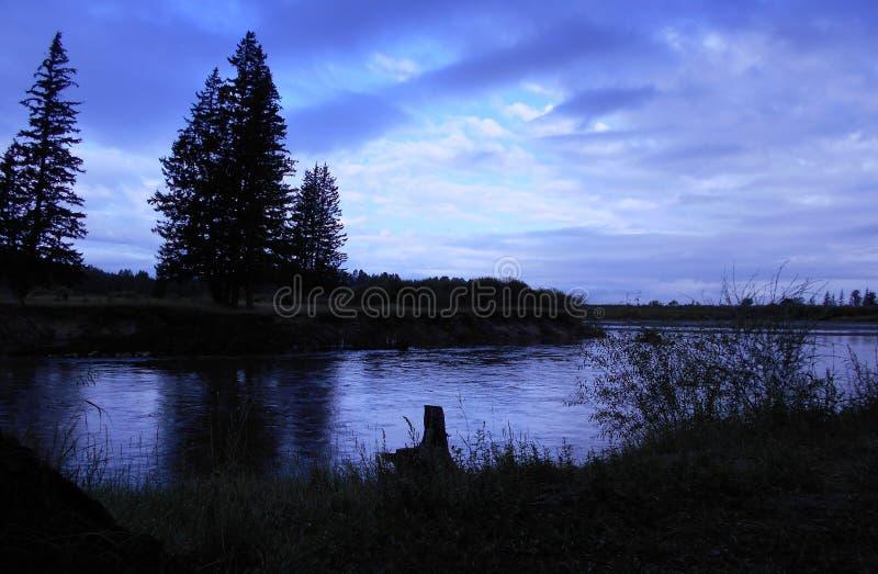 Afton på floden Irkut royaltyfri fotografi