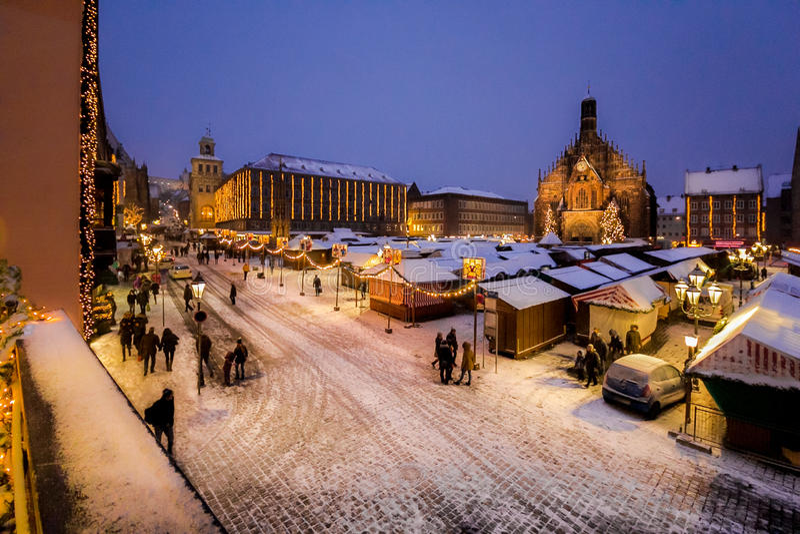 Afton snöig Christkindlesmarkt, Nuremberg royaltyfria bilder