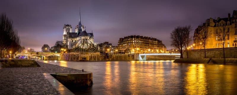 Afton som är panorama- av Notre Dame de Paris Cathedral på Ile de La Citera med Seinet River france arkivbilder