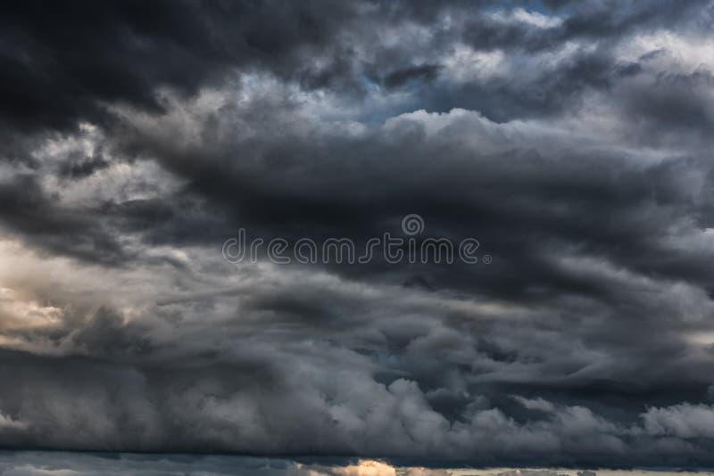 Afton stormiga molniga blåa Gray Sky Använd det som en bakgrund royaltyfri bild