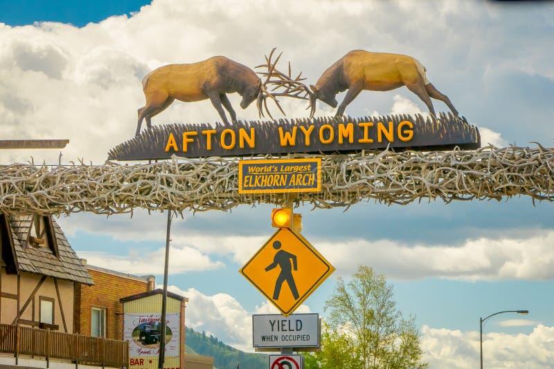 Afton, Wyoming, Estados Unidos - 7 de junho de 2018: Vista exterior do arco do elkhorn dos larges do ` s do mundo na entrada do imagens de stock royalty free