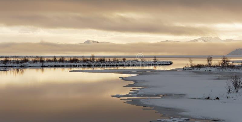 Aftonatmosfär på sjön i thingvellir royaltyfri bild