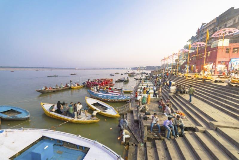 Aftonbön på bankerna av Gangesen, Varanasi, Indien fotografering för bildbyråer