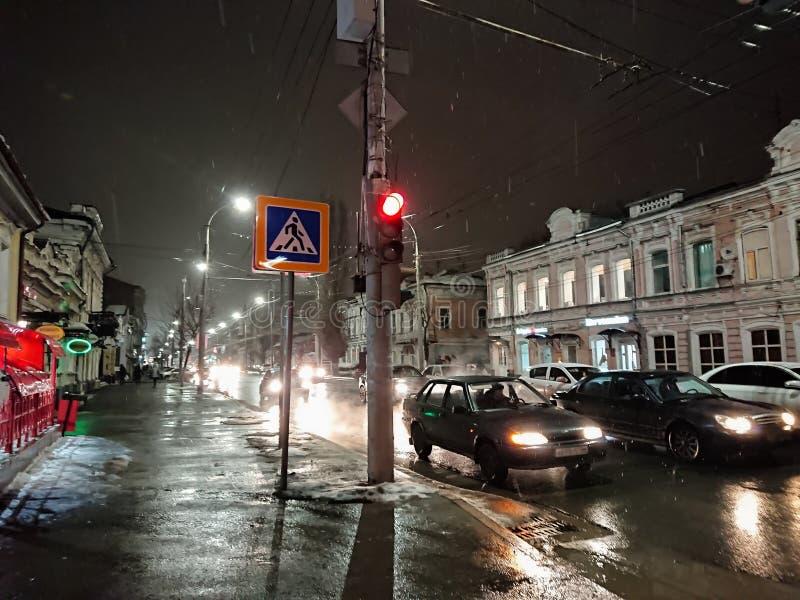 Aftoncityscape i regnigt väder Bilar och nattljus Stad av Saratov, Ryssland fotografering för bildbyråer