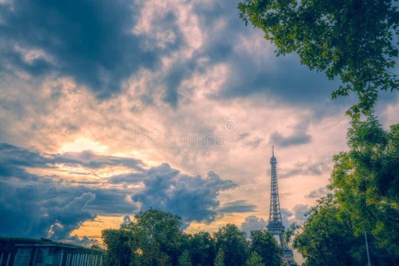Aftonen fördunklar över Eiffeltorn arkivbild