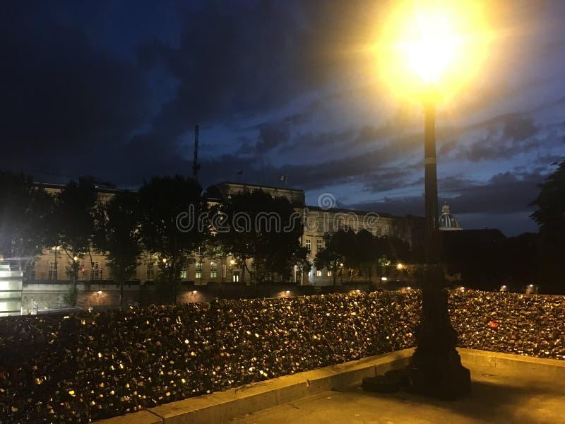 Aftonen går i Paris under lyktaljus royaltyfri fotografi