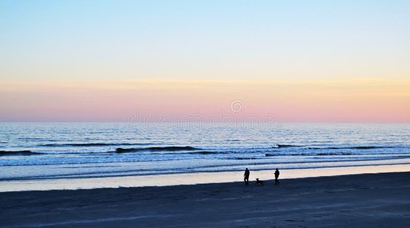 Aftonen går på stranden arkivbild