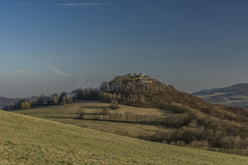 Aftonen nära fördärvar av den Blansko slotten royaltyfri bild