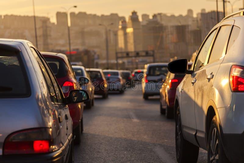Aftonen trafikerar istanbul för bosphorusbrofärja övergående kalkon royaltyfria foton