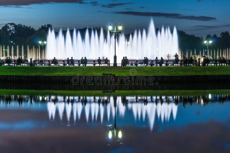 Aftonen vilar på springbrunnen royaltyfri bild