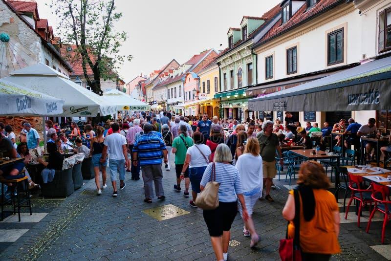 Aftonfolkmassor i Zagreb, Kroatien royaltyfri foto