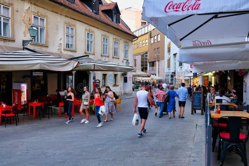 Aftonfolkmassor i Zagreb, Kroatien royaltyfria bilder